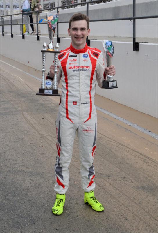 Glücklicher Miklas Born mit Pokal für den 3. Platz